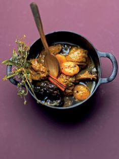 BEREIDINGVerwarm de oven op 180°C. Verdeel de kippenbouten elk in 2 stukken door de poten er met een scherp mes af te snijden. Bind salie e...