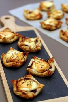 Goat-honey puff pastry with red onion compote - Amandine Cooking - Cuisine healthy - Meat Recipes Healthy Meats, Healthy Meat Recipes, Cooking Recipes, Honey Puffs, Fingers Food, Good Food, Yummy Food, Vegetable Drinks, Food Inspiration