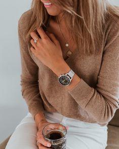 HEJA MIG! Efter en stressig period med husköp, lägenhetsförsäljning etc så köpte jag en klocka ifrån @triwa i mörkgrått med guldiga…