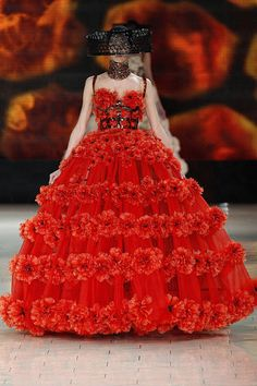 Alexander McQueen Spring 2013 Layers of Red Alexander Mcqueen, Couture Tops, Haute Couture Fashion, Future Fashion, Couture Collection, Timeless Fashion, Icon Fashion, Beautiful Gowns, Festival Fashion