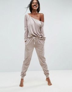 Discover our collection of ASOS loungewear for women. Check out our full range of loungewear set from comfy joggers & jersey tops to cosy leggings & pjs. Lazy Day Outfits, Sporty Outfits, Mode Outfits, Fashion Outfits, Womens Fashion, Yoga Fashion, Lounge Outfit, Lounge Wear, Lounge Pants