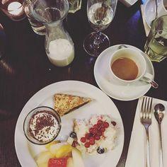 Brunch - wir sind schon beim Nachtisch  @la.petit.lexi @koeniglichesleben @insa.maria Julia & Lisa  #brunch #brunchinhamburg #eisenstein #food #foodie #friends #goodtimes #Hamburg #heuteinhamburg #hh #igershh #sunday