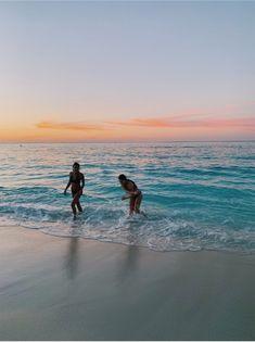 ✔ Summer Pics With Friends Sun The Beach, Beach Bum, Beach Trip, Beach Travel, Cute Friend Pictures, Best Friend Pictures, Friend Pics, Beach Aesthetic, Summer Aesthetic