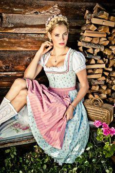 Lena Hoschek Liesi-Dirndl Frühjahr/Sommer 2014. Hellblaues Dirndl mit Streumuster und rosa Schürze