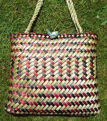Resultado de imagem para Weaving flax - Harakeke Flax Weaving, Basket Weaving, Maori Designs, Swedish Weaving, Maori Art, Plant Fibres, Birch Bark, Beading Tutorials, Wicker Baskets