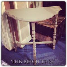 Elegant end table painted with Annie Sloan chalkpaint in French Linen