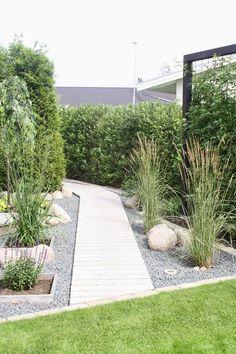 Kurzen und breiten Gärten tun hohe seitliche Begrenzungen sowie eine gerade Wegeführung hingegen gut: Wird der Weg nach hinten hin schmaler, täuscht er sogar eine weitere Entfernung vor.