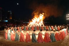 due to love to korean traditional dance Korea Country, New Years Traditions, Festivals Around The World, Korean People, International Festival, Sacred Feminine, Folk Dance, Korean Wave, Korean Dress
