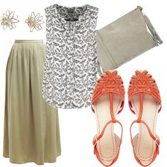 Gonna lunga dai toni sabbia, da portare con una camicetta stampata rimborsata, sandali color corallo brillantinati, pochette sabbia in camoscio e orecchini a fiore. Outfit originale per le vostre giornate estive.
