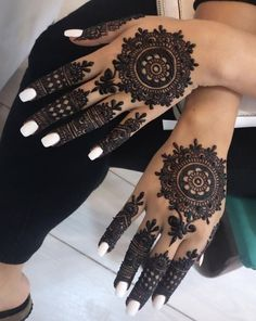 These stuning simple mehndi designs will suits you on every occassion. In Indian culture, mehndi is very important. On every auspicious occasion, women apply mehndi to show the importance of the occasion. Circle Mehndi Designs, Tribal Henna Designs, Round Mehndi Design, Cool Henna Designs, Mehndi Designs For Girls, Modern Mehndi Designs, Dulhan Mehndi Designs, Mehndi Design Photos, Wedding Mehndi Designs