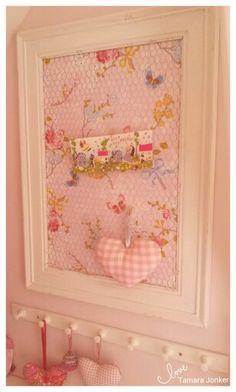 Memoboard with chickenwire homemade by Tamara Jonker # pip studio behang # white & pink # girls room # sweet pastels # landelijk # home decorations & inspirations # DIY KIDS # love