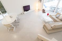Sol en teinte gris cendré en #betoncire  Matières Marius Aurenti  #salon #confort #design Marius Aurenti, Madame, Office Desk, Furniture, Design, Home Decor, Ash Grey, Hue, Surfboard Wax