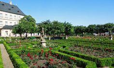 Rosengarten Bamberg. Schöner Garten mit Cafe und Blick zum Kloster Michelsberg und über die Altstadt. Infos unter http://wanderzwerg.eu/dom-michelsberg/