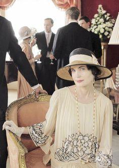 Elizabeth McGovern as Cora Crawley, Countess of Grantham in 'Downton Abbey' Downton Abbey Costumes, Downton Abbey Fashion, 20s Fashion, Vintage Fashion, Elizabeth Mcgovern, Dowager Countess, Moda Retro, Gentlemans Club, Lady Mary