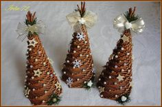 Vánoční pletení Christmas Paper Crafts, Christmas Decorations, Christmas Ornaments, Holiday Decor, Newspaper Crafts, Wicker, Rattan, Handmade Ornaments, Bottle Art