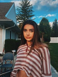 See more of gigiizzii's VSCO. Poses For Photos, Cute Photos, Aesthetic Photo, Aesthetic Girl, Tumblr Photography, Photography Poses, Pretty People, Beautiful People, Foto Casual