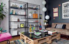 Repare na mesa de centro do escritório da designer de interiores Erika Karpuk. Ela foi feita com rodízios e palete. Para dar um acabamento mais fino, basta uma placa de vidro