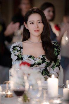 Let's take a look the dress, Son Ye-jin wears in the last episode 16 of Korean Drama 'Crash Landing On You'. Korean Actresses, Korean Actors, Actors & Actresses, Korean Dramas, Korean Celebrities, Celebs, The Last Princess, Netflix, Size Zero