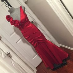✨HOST PICK✨Red Prom/ Formal Gown by Xscape, 8P ✨HOST PICK  as of 3/27 PROM THEME PARTY‼️✨Bright red, very elegant formal/ dinner ball/ prom long gown, accented beautifully with large roses, mermaid silhouette, size 8 petite, used once. Xscape Dresses Prom