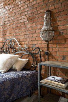 Ahhh!! Eu amo o estilo Country Chic: tijolo aparente, lustres e luminárias chiques, sofá de couro... E, esseloft, em especial, roubou meu c...
