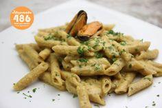 Calorías: 486. Tiempo de preparación: 15 minutos. Ingredientes (2 personas): 160 g. de pasta integral, 1 lata de mejillones en escabeche (con aceite de oliva), 125 ml. de nata ligera, 125 ml. de caldo de verduras, 200 g. de cebolla, 1/2 cucharada de aceite de oliva virgen extra y 3 ajos.