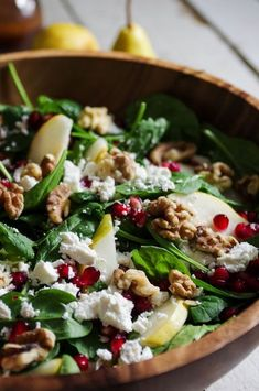 Spinat-Birnen-Feta-Salat mit Walnüssen und Granatapfel-Arillen Spinach-pear-feta salad with walnuts and pomegranate-aromas- This is what lettuce dreams make of sweet pears, … Easy Salads, Healthy Salads, Healthy Eating, Salads For Bbq, Salads For A Crowd, Vegetarian Recipes, Cooking Recipes, Healthy Recipes, Cooking Games