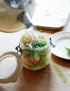 DIY pot noodles: When ever I take these with me for lunch, I always get asked about them, so here is the recipe. I substitute noodles with rice noodles or brown rice cooked that morning. Mason Jar Meals, Meals In A Jar, Vegetarian Recipes, Cooking Recipes, Healthy Recipes, Detox Recipes, Lunch Recipes, Boite A Lunch, Good Food