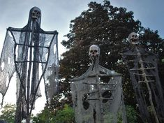 halloween decorations outdoor DIY projects always help make the task easy and in addition, they provide some exceptional tips for the outdoor decoration. Of course you wil Haunted Trail Ideas, Haunted Hayride, Halloween Haunted Houses, Haunted Woods, Haunted Forest, Halloween Skeletons, Holidays Halloween, Halloween Diy, Halloween 2019