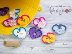 Cute as a button Stiefmütterchen kostenlose Häkelanleitung To crochet the pansies you need: colors Catania wool Crochet hook Thickness Woolen needle Scissors Crochet hooks: Crochet hook: HN Air stitch: LM Fixed stitch: fm Knitt mesh: KM Crochet Hook Sizes, Crochet Stitches, Crochet Hooks, Poncho Knitting Patterns, Crochet Patterns, Love Crochet, Crochet Flowers, Yarn Crafts, Diy And Crafts