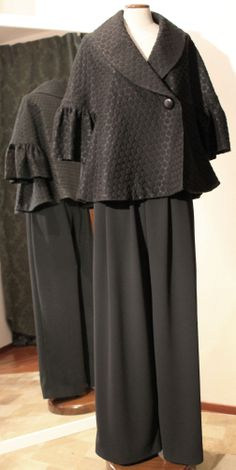 Giacca-cappa damascata TIBI, maxipantalone in crèpe di lana.