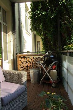 Auch ein Grill und das Kaminholz findet auf dem Balkon bequem Platz.