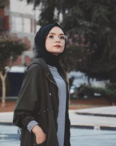 How is it possible for her to look good while wearing glasses + hijab 😂 still. How is it possible for her to look good while wearing glasses + hijab 😂 still impossible for me Islamic Fashion, Muslim Fashion, Modest Fashion, Hijab Style, Hijab Chic, Muslim Girls, Muslim Women, Niqab, Womens Fashion Online