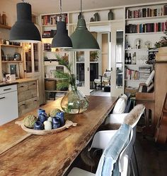 Bookshelf wall and table Home Interior Design, Interior Decorating, Cozy House, Interior Inspiration, Inspiration Wall, Home And Living, Home Kitchens, Kitchen Design, Living Spaces