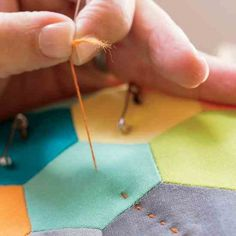Learn the beautiful art of quilting by hand with these easy techniques. The method is a way to connect with the long tradition of quilting worldwide. Easy Hand Quilting, Quilting Thread, Quilting Tips, Quilting Tutorials, Machine Quilting, Quilting Designs, How To Hand Quilt, Crewel Embroidery Kits, Hand Embroidery Designs