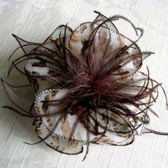 Broche fleur en tissu & plumes 315(094)