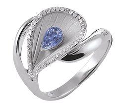 Шикарное кольцо из белого золота с бриллиантами и великолепным сапфиром цвета неба. Драгоценные камни, сапфиры, минерал высшего класса, камень необычайной красоты. Великолепный цвет, кристальная прозрачность, удивительная красота и невероятная прочность. Сапфир раскрывается на полную силу при хорошем освещении, демонстрируя блеск и цвет.