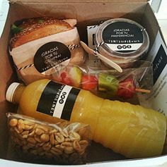 New breakfast party ideas food snacks 25 Ideas Picnic Box, Healthy Snacks, Healthy Recipes, Snacks Saludables, Good Food, Yummy Food, Burger Bar, Food Packaging Design, Cafe Food