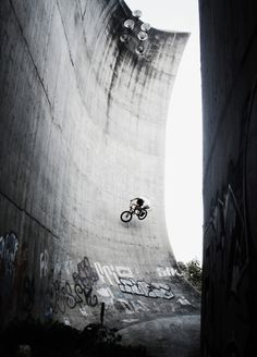 BMX rider on huge concrete wall Photo Velo, Sup Surf, Bmx Bikes, Wakeboarding, Photos, Pictures, Mountain Biking, Surfing, Black And White