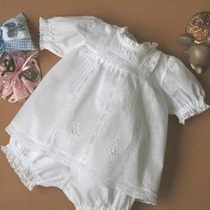 A very soft two-piece romper-suit like the ones our grandmothers knew, in cotton muslin. Rich in lace and hand-embroidery, the blouse is complemented by the equally decorative balloon culottes.
