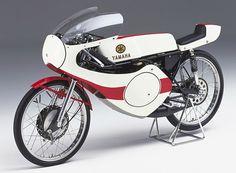 Yamaha étudie la possibilité de faire rouler Bill Ivy encatégorie 50 cm3 et développe en ce sens la RF302. Une première : jamais lamarque n'a eu de machine d'usine dans cette cylindrée. Elle répond à laréglementation qui sera introduite en 1969 : monocylindre 2-temps refroidipar eau, boîte 6 rapports, puissance de 17 ch à 14 500 tr/min, vitesse de 170km/h… Prometteuse, la RF302 ne disputera pourtant aucune course, Yamahadécidant de soustraire ses équipes d'usine du ... Little Motorcycles, Vintage Motorcycles, Motos Yamaha, Yamaha Motorcycles, Motogp Valentino Rossi, Lamborghini Gallardo, Miniatur Motor, 50 Cm3, Course Moto