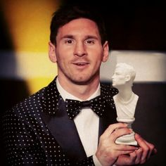 Messi got his special edition of Balón d'or this 2014 : handmade porcelain bust of Cristiano Ronaldo by e-Piazza.biz