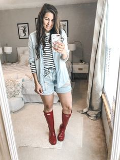 Rainy season is here, making it hard to figure out what to wear. I have put together 10 simple and easy rainy day outfits with your rain boots. Rainy Day Outfit For Spring, Cute Rainy Day Outfits, Rainy Day Outfit For School, Summer Outfits For Moms, Rainy Day Fashion, Spring Outfits, Outfit Of The Day, Outfit Summer, Grunge Winter Outfits