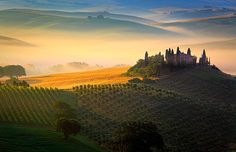 Tuscan Sunrise, Val d'Orcia in Italy's Tuscany Province. De Val d'Orcia, or Valdorcia, is a region of Tuscany_ Central Italy. Which extends from de hills south of Siena to Monte Amiata.