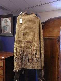 A Maori Korowai (cloak) crafted from dressed muka (flax fibre)… - New Zealand Maori - Tribal - Carter's Price Guide to Antiques and Collectables Polynesian People, Flax Weaving, Flax Fiber, Maori Designs, Nz Art, Maori Art, Kiwiana, Weaving Patterns, Cloak