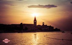 Erleuchtet - Die Basilika von Porec direkt vor der untergehenden Sonne. The Basilica of Porec directly in front of the setting sun.