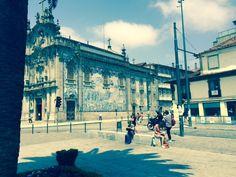 RUI REININHO - Porto | Igreja do / Church of Carmo [photo: Rui Reininho] #Azulejo #AzulEBranco #BlueAndWhite Louvre, Building, Travel, Porto, Blue And White, Tiles, Life, Viajes, Buildings