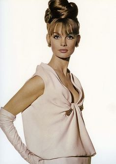 Sophia's Vintage Fashion Pic(k)s:Jean Shrimpton in pale pink crêpe de chine evening dress with a gold and ruby bar-clip by Christian Dior, photo by Iriving Penn used for cover of Vogue US, November 1963 Moda Retro, Moda Vintage, Vintage Stil, Looks Vintage, Jean Shrimpton, Sixties Fashion, Retro Fashion, Vintage Fashion, Vintage Vogue