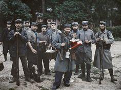 « Groupe de poilus du 98e aux Loges », Oise, 24 juillet 1915. Autochrome de Stéphane Passet, inv. A 5895