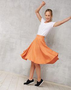 Diese mittelange Rock aus weichem Tencel® hat einen weiten, augestellten Rock und einen verdeckten seitlichen Reißverschluss. Die Seitennaht-Schlitze… Waist Skirt, High Waisted Skirt, Skinny, Ballet Skirt, Products, Fashion, Girls, Sustainable Fashion, Dress Skirt