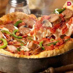 Американская горячая пицца: красивая, толстая, пышная. Почему она называется «Чикаго»? Дело в том, что именно в Чикаго начали печь пиццу в сковороде с высокими бортиками, больше напоминающую домашний пирог.